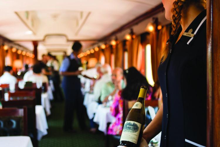 Foto: Die Rovos Rail Fahrt können Sie mit einem Glas Champagner die atemberaubende Aussicht genießen.
